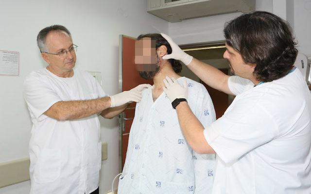 Le professeur Adi Rachmiel (à gauche) et Dr Yoav Leiser (à droite) avec un patient syrien (Crédit : RHCC)