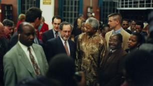 Benjamin Pogrund marche aux côtés de Nelson Mandela (Crédit : autorisation Benjamin Pogrund)