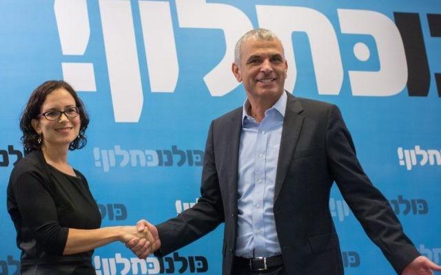 Moshe Kahlon (à droite) et Rachel Azaria lors de la conférence de presse à Jérusalem le 6 janvier 2015 (Crédit : Ben Kelmer/Flash90)