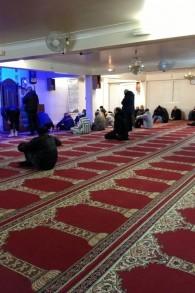 Les Musulmans priant à la mosquée Bin sur la rue Myrha dans le nord Paris, le 12 janvier 2015. (Crédit : Elhanan Miller/Times of Israel)