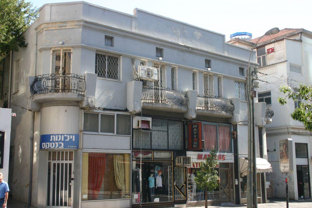 Nahum Gutman avait 12 ans lorsque sa famille s'est installée à Tel Aviv (Crédit : Shmuel Bar-Am)
