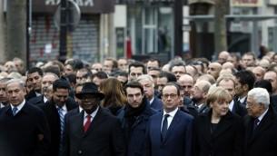 De gauche à droite : le Premier Ministre israélien Benjamin Netanyahu, le président malien Ibrahim Boubacar Keita, le président français Francois Hollande, la Chancelière allemande Angela Merkel et le président palestinien Mahmoud Abbas take lors de la Marche Républicaine à Paris le 11 janvier 2015 (Crédit : PATRICK KOVARIK/AFP)