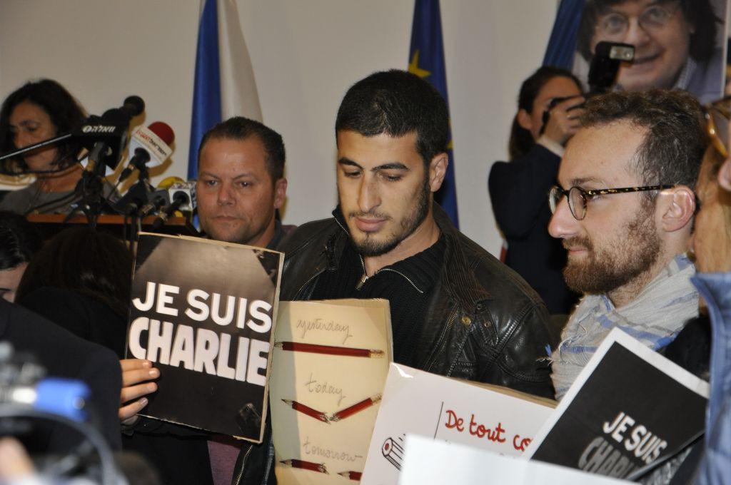 des anonymes venus rendre hommage aux victimes de l'attaque de Charlie Hebdo (Crédit : )
