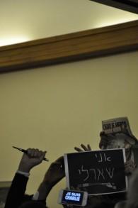 Ecran de téléphonique avec sur son écran le slogan « Je suis Charlie » (Crédit : Illana Attali/Times of Israel))