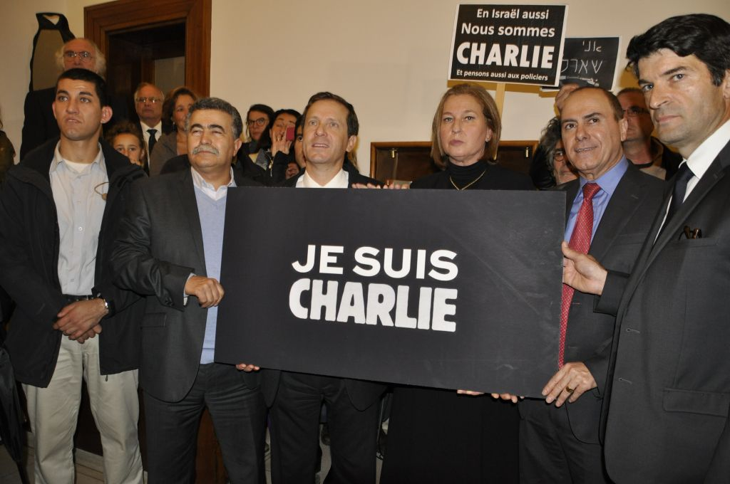 De gauche à droite : Isaac Herzog, Tzipi Livni, Silvan Shalon et Patrick Maisonnave (Crédit : Illana Attali/Times of Israel))