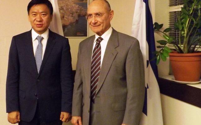Le ministre du Tourisme, Dr Uzi Landeau, et le vice-président d'Hainan Airlines Hou Wei (Crédit : Autorisation du ministère du Tourisme)