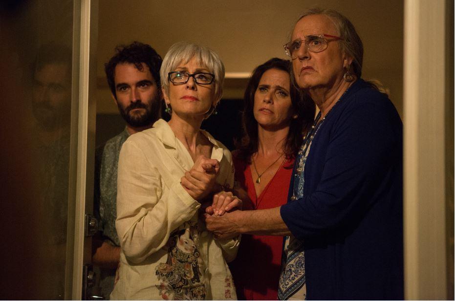 Josh, Shelly, Sarah et Maura (anciennement Mort) font le deuil du deuxième époux de Shelly dans 'Transparent.' (Crédit : Amazon Studios)