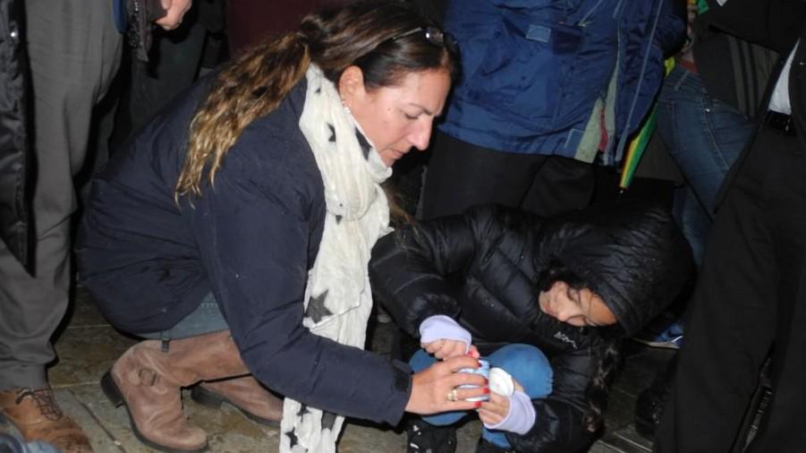 Une juive française allumant une bougie  lors d'une cérémonie de commémoration à Tel Aviv le samedi 10 janvier 2015 (Crédit : Melanie Lidman/Times of Israel)
