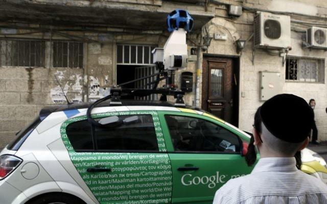 Une voiture Google Street View dans le quartier Jérusalem de Mea Shearim le 13 novembre 2011 (Crédit : Uri Lenz/Flash90)