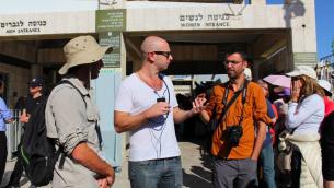 Aziz Abu Sarah (avec son appareil photo autour de son cou) à l'entrée du mur Occidental (Crédit : autorisation d'Aziz Abu Sarah)