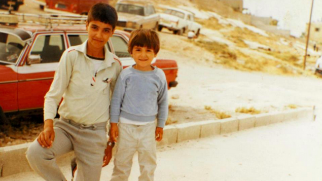 Tayseer et Aziz Abu Sarah devant leur maison d'enfance à Bethany (Crédit : autorisation d'Aziz Abu Sarah)
