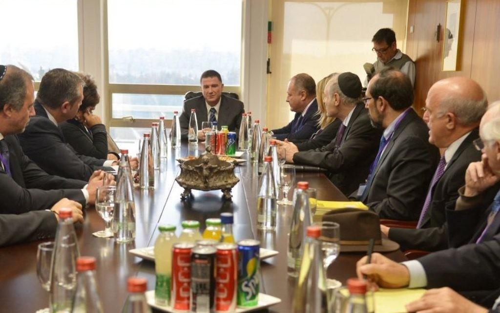 Rencontre en Israël avec le Congrès juif à la Knesset avec le président Yuli Edelstein le mardi 13 janvier, 2015 après les funérailles des quatre victimes de la fusillade terroriste au supermarché casher Hyper Cacher. (Crédit : Yossi Zeliger)
