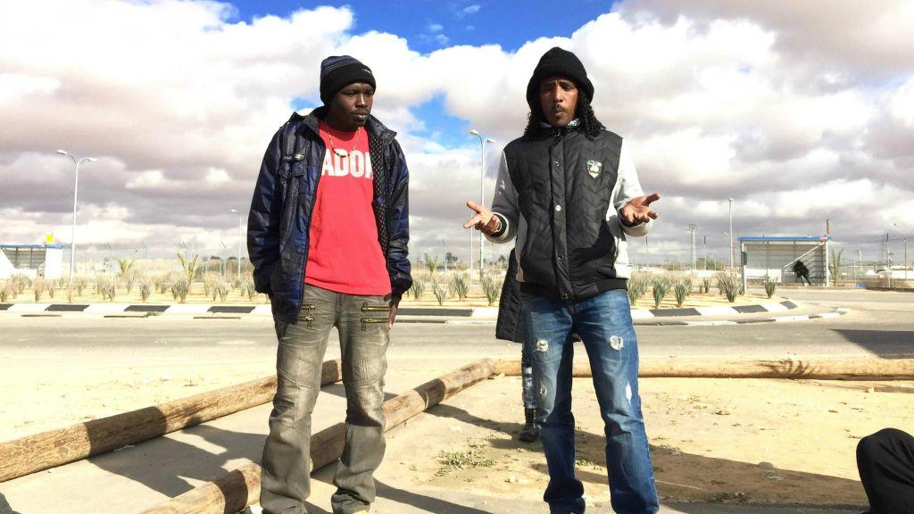 Deux détenus de Holot, Adil and Tashome, racontant leur histoire (Crédit : Debra Kamin/Times of Israel)