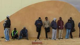 Des détenus à l'entrée de Holot (Crédit : Nehama Shimnovic)