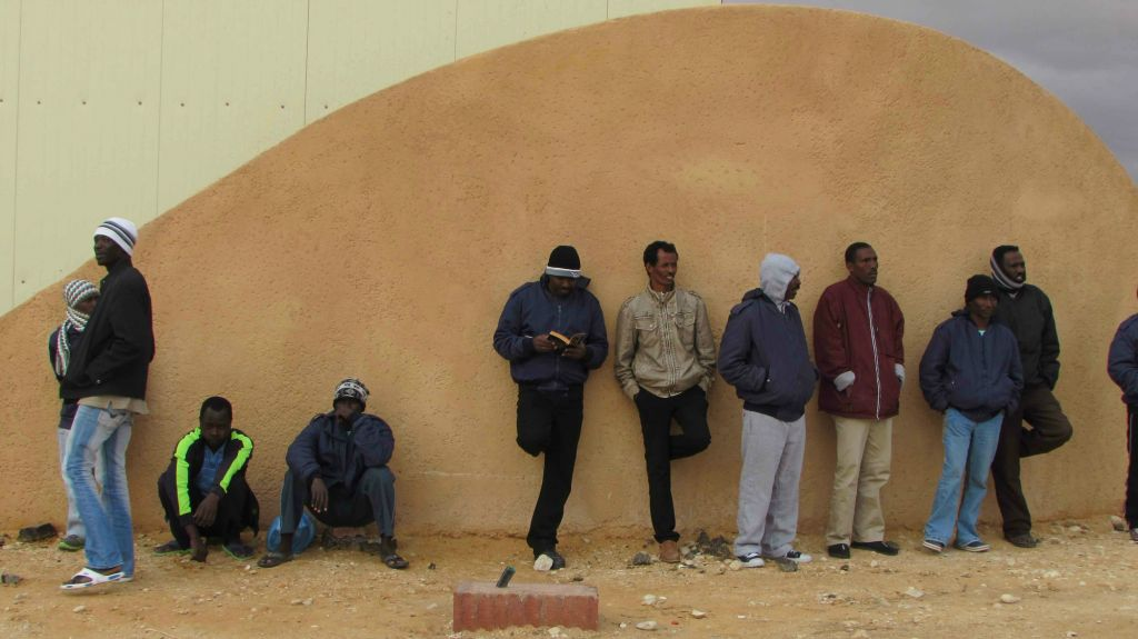 Les détenus à l'entrée de Holot (Crédit : Nehama Shimnovic)