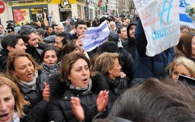 La foule réunie à l'extérieur du supermarché tandis que le Premier ministre Benjamin Netanyahu rend hommage aux victimes de l'attaque terroriste le  12 janvier 2015 à Paris (Crédit: Aurelien Meunier/Getty Images/JTA)