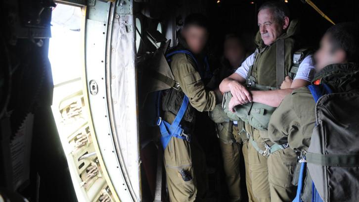 Lt. Gen. Benny Gantz, dans un avion de parachutiste le 8 novembre 2012 (Crédit : Unité des portes-parole de l'armée israélienne/Flash 90)