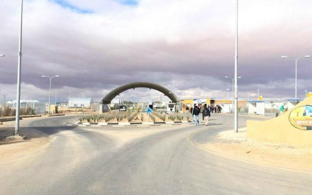 L'entrée de Holot (Crédit : Debra Kamin/Times of Israel)
