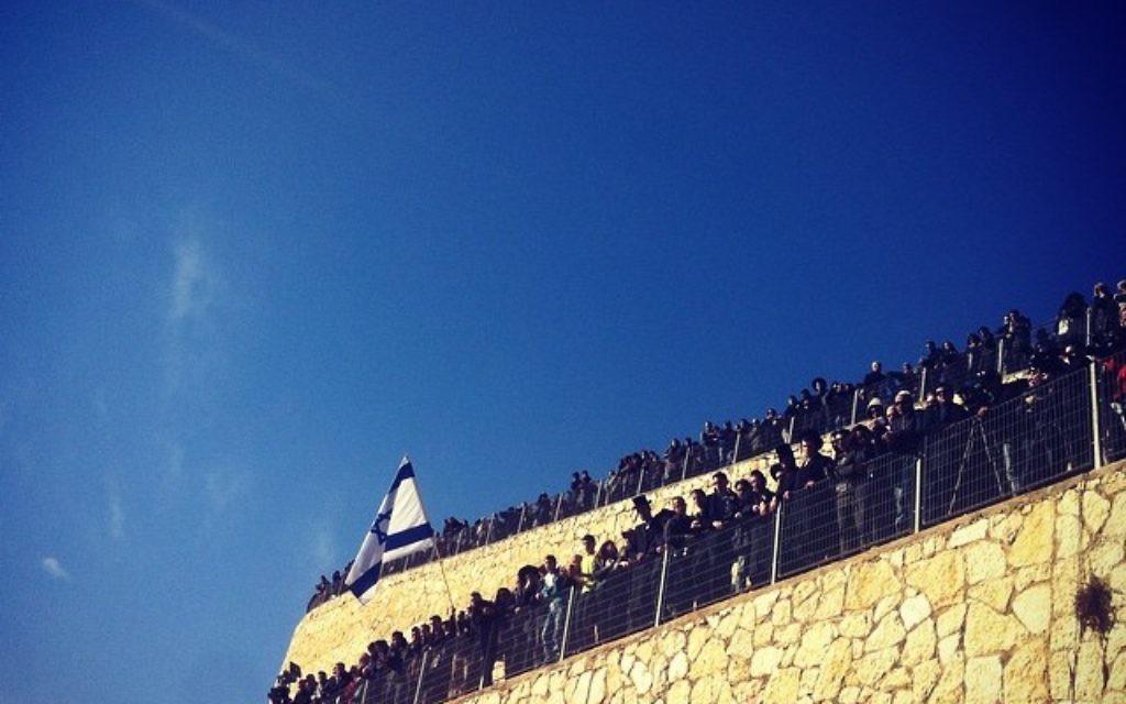 La foule rassemblée a la mémoire des victimes
