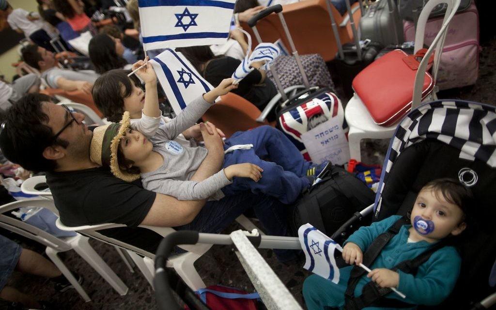 Des centaines d'immigrants français arrivant à l'aéroport de Ben-Gurion, le16 juillet 2014. (Crédit : Flash90)