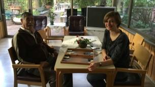 Jana Smela (à droite), une volontaire de 19 ans, originaire de Hambourg, est l'une des nombreux jeunes adultes allemandes qui se portent volontaires au domicile des Reuth. (Crédit : Debra Kamin / Times of Israël)