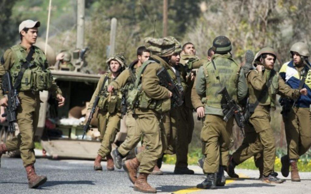 Des soldats israéliens pris en charge après une attaque du Hezbollah dans la région du mont Dov au nord le long de la frontière israélienne avec le Liban le 28 Janvier, 2015. (Crédit : Basal Awidat / Flash90)