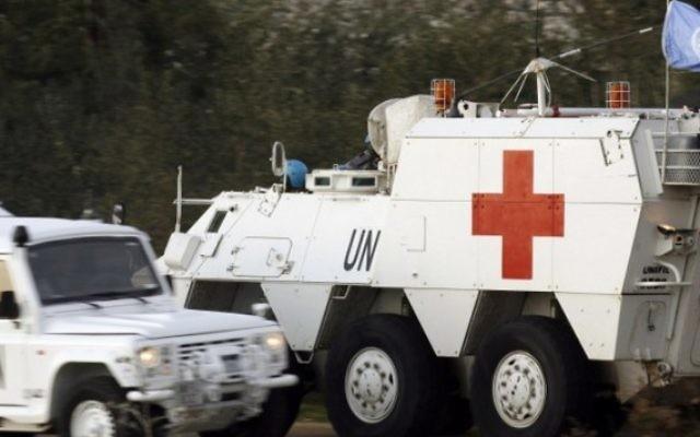 Des soldats espagnols de la Force intérimaire des Nations Unies au Liban (FINUL) conduisent un véhicule d'urgence blindée après avoir ramassé le corps d'un soldat âgé de 36 ans qui a été tué alors que l'armée israélienne a bombardé les zones frontalières suite à une attaque du Hezbollah qui a laissé deux soldats israéliens morts. (Crédit : AFP / MAHMOUD ZAYYAT)