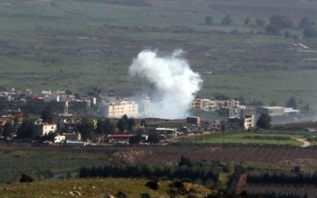 De la fumée suite aux bombardements israéliens de la ville libanaise d'Al-Majidiyah à la frontière libanaise avec Israël le 28 janvier, 2015. (Crédit : AFP / ALI DIA)