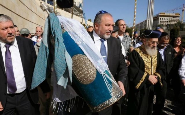 Avigdor Liberman portant le sefer Torah irakien (Crédit : Elram Mandel/Foreign Ministry)