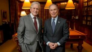 Michael Douglas, à gauche, avec Michael Bloomberg, récipiendaires du prix Genesis 2015 et 2014. (Crédit photo: Prix Genesis)