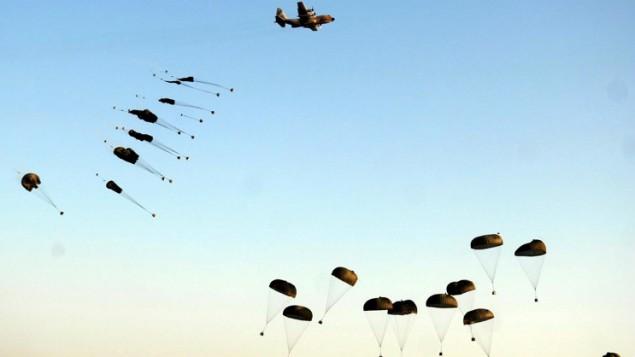 L'équipement des parachutistes parachuté dans le désert du Néguev le 28 juin 2007 (Crédit : Autorisation de l'unité des portes-parole de l'armée israélienne)