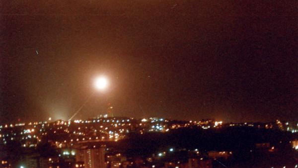 Un missile Patriot d'une tonne s'élevant dans les airs au dessus de la ville de Tel Aviv pendant la guerre du Golfe en 1991 (Crédit : Autorisation de l'armée de l'air israélienne)