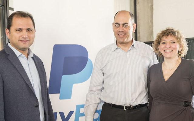 Efi Dahan (à gauche), directeur PayPal d'Israël et d'Afrique; Dr Amir Etzioni (au centre), directeur des relations et des règlements à l'ISOC communautaires; et Dina Be'er (à droite) présidente de l'ISOC (Crédit  : autorisation)