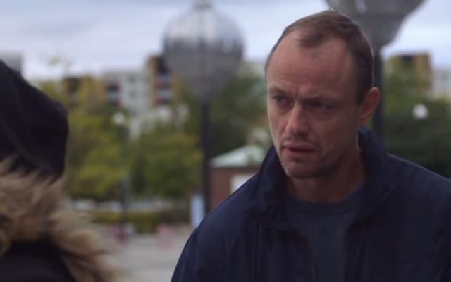 Capture d'écran du journaliste suédois Peter Ljunggren dialoguant avec un homme aux opinions antisémites dans le documentaire « Haine juive à Malmö » (Capture d'écran : Youtube).