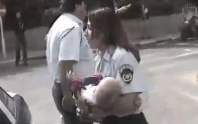 La policière Tsiona Busheri portant Shani Winter, un bébé de 6 mois, et le sauvant de l'attentat du café Apropos à Tel Aviv en mars 1997 (Capture d'écran : Deuxième chaîne)