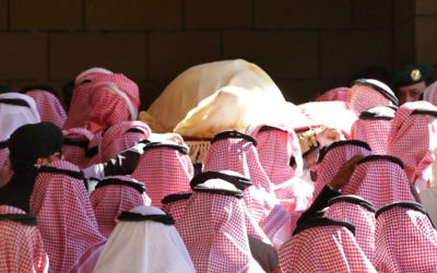 La dépouille du roi Abdullah ben Abdul Aziz portée lors de ses funérailles à la Grande mosquée Imam Turki Bin Abdullah le 23 janvier 2015 à Riyadh (Crédit : AFP/STR)
