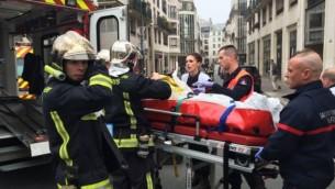 Des victimes emmenées d'urgence pour être soignées suite à l'attentat contre Charlie Hebdo (Crédit : AFP)