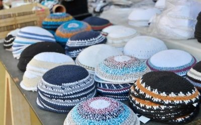 Des Kippot (Crédit : http://www.shutterstock.com/pic-186718244/stock-photo-yarmulkes-or-yamakas-sold-in-preparation-for-passover-in-jaffa-flea-market-tel-aviv-israel.html?src=UXwPZg48jIm6qXGmkyA1Ug-1-3)