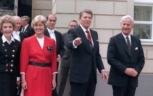 Une photo prise le 12 juin 1987 avec Nancy Reagan, Marianne von Weizsaecker, Ronald Reagan et Richard von Weizsaecker à Berlin (Crédit : MIKE SARGENT / AFP