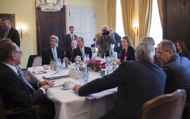 Le Secrétaire d'Etat américain John Kerry (2e g) parle au cours d'une rencontre avec le ministre russe des Affaires étrangères Sergueï Lavrov (R) et d'autres membres du Quatuor sur le Moyen-Orient le troisième jour de la 51e Conférence sur la sécurité de Munich (MSC) à Munich - le 8 Février, 2015. (Crédit : AFP PHOTO / POOL / JIM WATSON)
