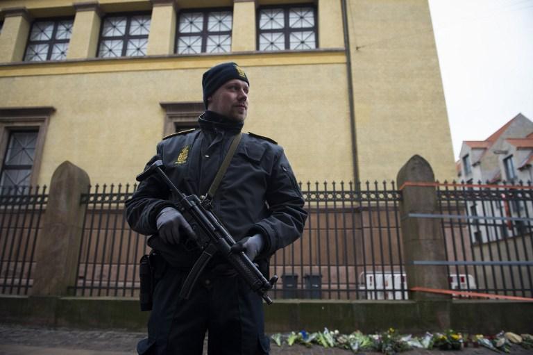 Un policier posté devant la Grande synagogue de Copenhague, le 15 février 2015. (Crédit : AFP)