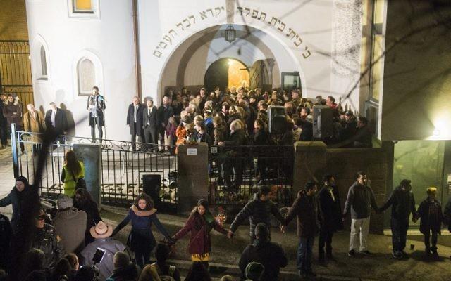 Chaîne humaine pacifique de juifs et musulmans autour de la synagogue d'Oslo (Crédit : AFP)