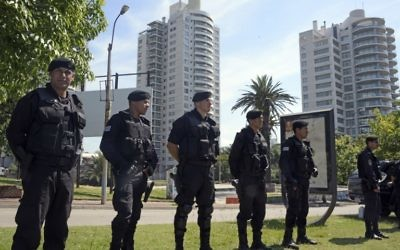 Les forces de sécurité montent la garde près du World Trade Center de Montevideo, qui abrite les bureaux de l'ambassade d'Israël, où un colis suspect a été trouvé lors d'une inspection de routine, le 8 Janvier 2015. (Crédit : AFP / Mario Goldman)