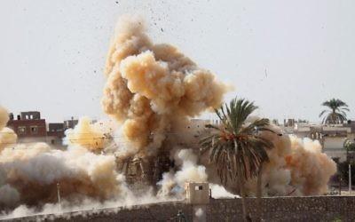 Photo illustrant une opération militaire menée par les forces égyptiennes à la frontière avec le sud de la bande de Gaza le 3 novembre 2014 (Crédit : AFP/SAID KHATIB)