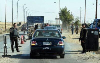 La police égyptienne contrôle les voitures dans le nord du Sinaï dans le cadre de la lutte contre les terroristes, le 31 janvier 2015. Illustration. (Crédit :  STR/AFP)