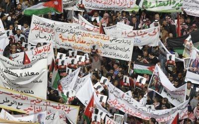Des milliers de manifestants à Amman pour demander la destruction de l'EI après le meurtre d'un pilote jordanien. La manifestation a eu lieu le 6 février 2015 (Crédit : AFP PHOTO / KHALIL MAZRAAWI)