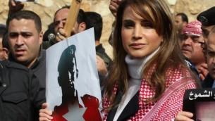 La reine Rania de Jordanie lors de la manifestation du 6 février pour dénoncer le meurtre du pilote par l'EI (Crédit : AFP PHOTO / STR)