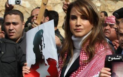 La reine Rania de Jordanie pendant une manifestation dénonçant le meurtre sauvage d'un pilote jordanien par l'Etat islamique, le 6 février 2015. (Crédit : AFP PHOTO / STR)