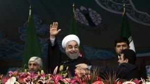 Le président iranien Hassan Rouhani saluant la foule lors du rassemblement célébrant le 36ème anniversaire de la révolution islamique le 11 février 2015 (Crédit : BEHROUZ MEHRI / AFP)