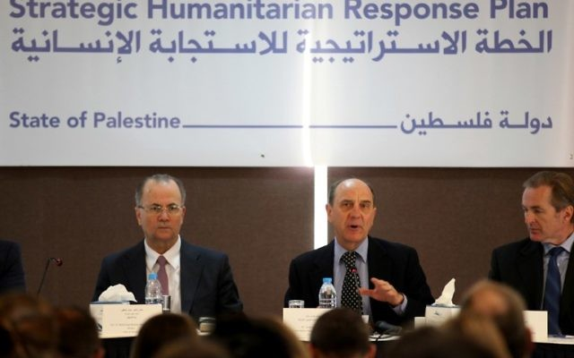 James Rawley, responsable des opérations humanitaires de l'ONU dans les Territoires palestiniens à la conférence de presse le 12 février 2015 à Ramallah (Crédit : Abbas Momani/AFP)